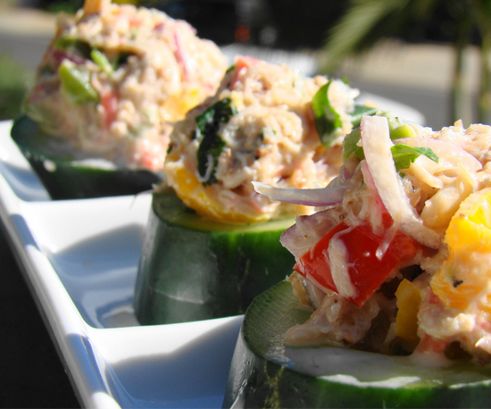 Nếu tổ chức ăn uống đông vui bên bạn bè, người thân, bạn hãy thử làm món khai vị với dưa chuột, thịt cua, cà chua.