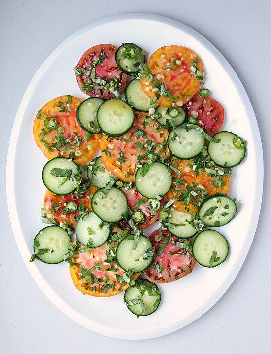 Dưa chuột và cà chua là sự kết hợp rất tuyệt vời khi bạn có thể làm thành món salad đơn giản, kèm thêm rau thơm và hành.