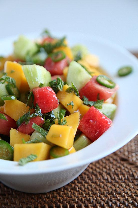 Bên cạnh đó, bạn đừng quên thưởng thức món salad trái cây từ dưa chuột, xoài, dưa hấu và ớt ngọt.