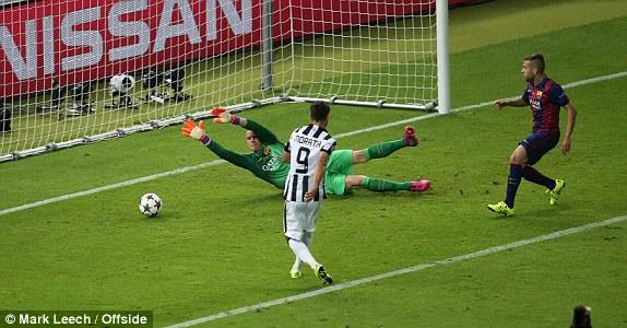 Đầu hiệp 2, thần tài Morata sút bồi gỡ hòa 1-1 cho Juve.