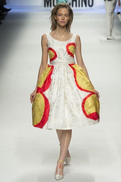 Những chiếc váy điệu đà thông thường được tô điểm bởi phong cách Graffiti.