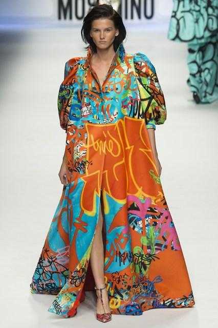Bộ váy dài ấn tượng với tông màu cam.