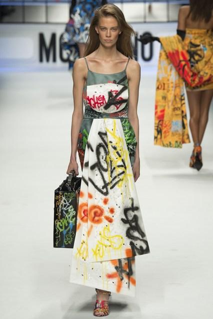 Trang phục còn được phối hợp với phụ kiện cũng mang chất Graffiti.