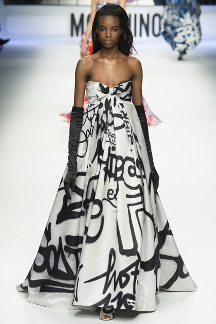 Một bộ váy trắng - đen đơn giản nhưng ấn tượng.
