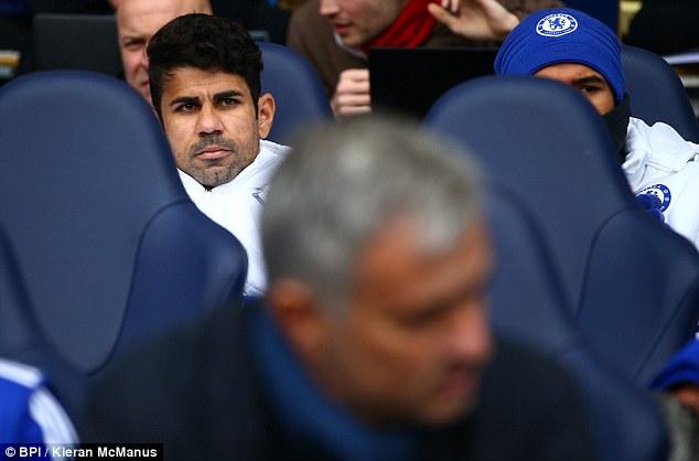 Diego Costa không lấy gì làm vui vẻ khi bị thầy bỏ quên ở băng ghế dự bị.