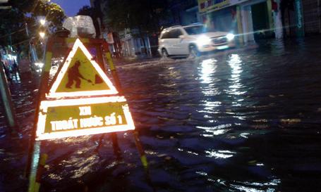 Mưa lớn khiến nhiều tuyến phố ở Hà Nội bị ngập nặng.