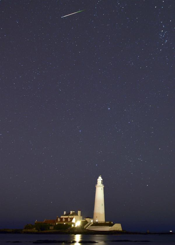 Mưa sao băng vụt bay trên ngọn hải đăng St Marys gần vịnh Whitley (ảnh: AP)