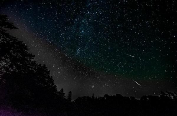 Mưa sao băng trên bầu trời vùng Midlothian, bang Illinois, Mỹ (ảnh: Ian/Twitter)