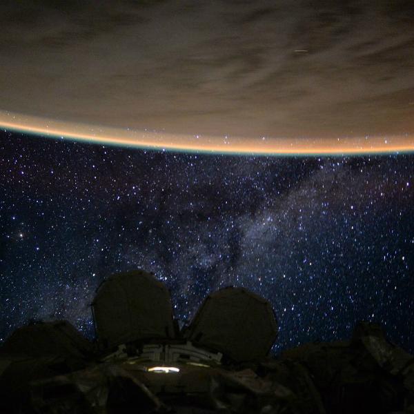 Hình ảnh mưa sao băng nhìn từ ngoài Trái Đất, do Trạm vũ trụ quốc tế ghi lại.