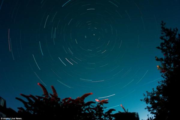 Mưa sao băng đẹp mắt trên bầu trời thủ đô London, Anh (ảnh: Alamy)