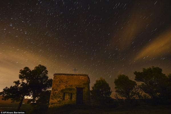 Mưa sao băng lung linh ở tỉnh Obanos, miền bắc Tây Ban Nha (ảnh: AP)
