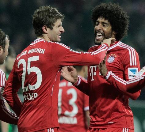 Muller (trái) ăn mừng bàn thắng mở tỉ số với đồng đội Dante.