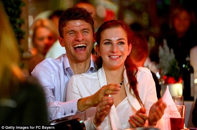 Trong bữa tiệc, tay săn bàn Muller và bà xã Lisa cười thả cửa khi theo dõi các tiết mục biểu diễn.