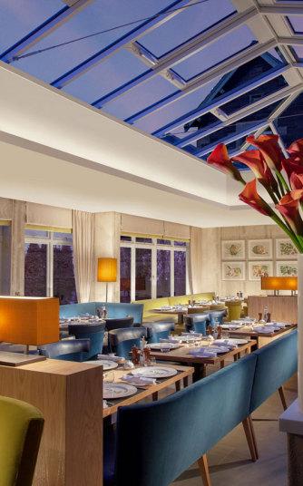 Các phòng trong khách sạn được đặt tên theo những nhân vật nổi tiếng người Scotland như Sir Arthur Conan Doyle, Sir Sean Connery và Sir Alex Ferguson.
