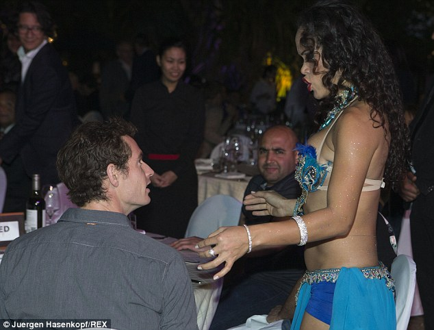 Dù được một vũ công bắt chuyện, Murray vẫn tỏ ra khá lạnh lùng.