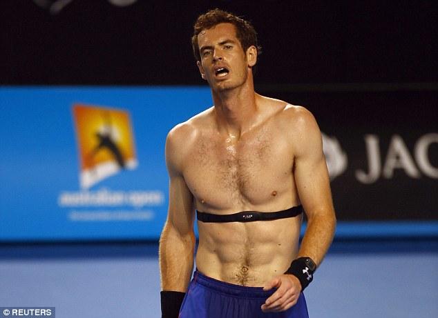 Murray đeo máy đo nhịp tim trong khi luyện tập cho Australian Open 2015.