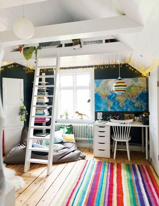 Không gian bên dưới chiếc giường đủ rộng để chứa một bộ bàn học, một giá sách và một chiếc gối lười