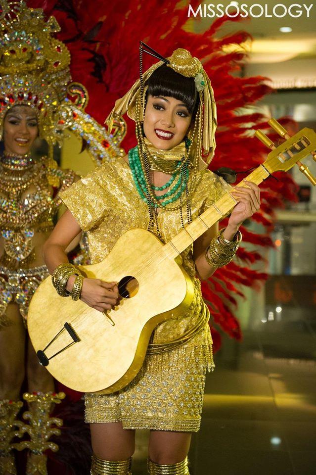 Hoa hậu Myanmar trẻ trung và tràn đầy sức sống với phụ kiện là cây đàn có màu vàng đẹp mắt.