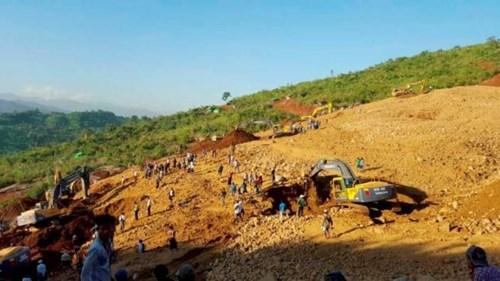 Người dân tìm kiếm thi thể các nạn nhân trong vụ lở đất ở mỏ ngọc bích Hpakant hôm 21/11.