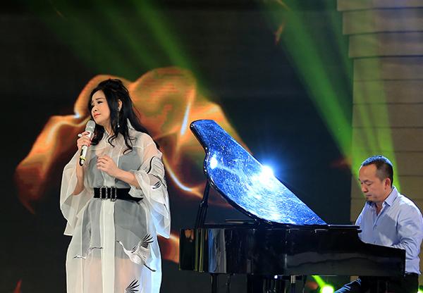 Nhạc sĩ Quốc Trung trực tiếp đệm đàn cho bản phối mới trên sân khấu.