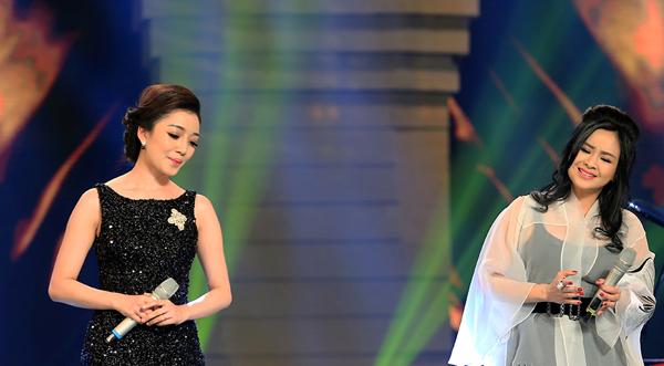 Bên cạnh đó, Thanh Lam cũng khiến người nghe rơi nước mắt qua tiết mục Mẹ yêu con, song ca với Phạm Thu Hà.