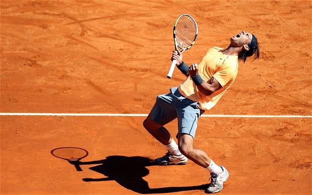 Nadal như trở về với đất Mẹ khi thi đấu trên mặt sân đất nện