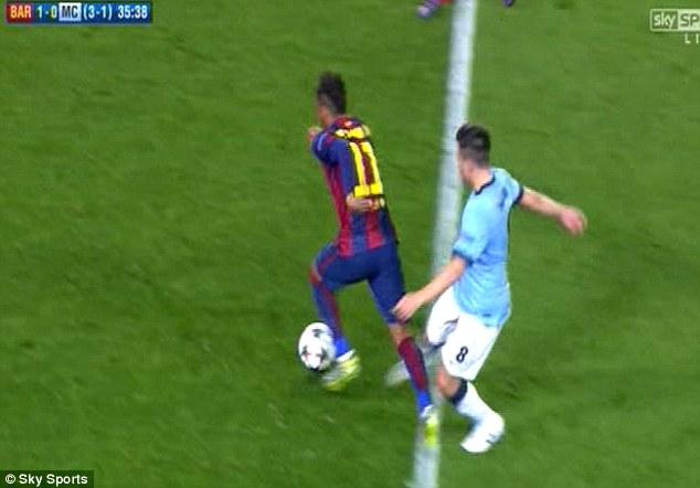 Có lẽ, tiền vệ người Pháp cảm thấy nóng mắt trước lối đi bóng của Neymar.