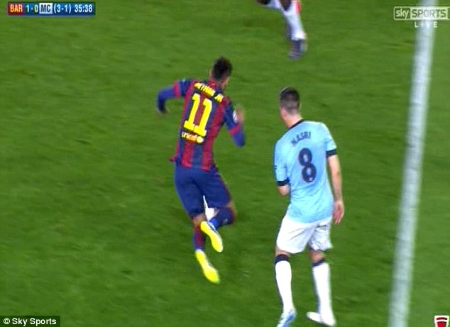 Rõ ràng, Nasri cố tình muốn cản ngã trái phép Neymar trong tình huống số 11 của Barca đang cầm bóng.