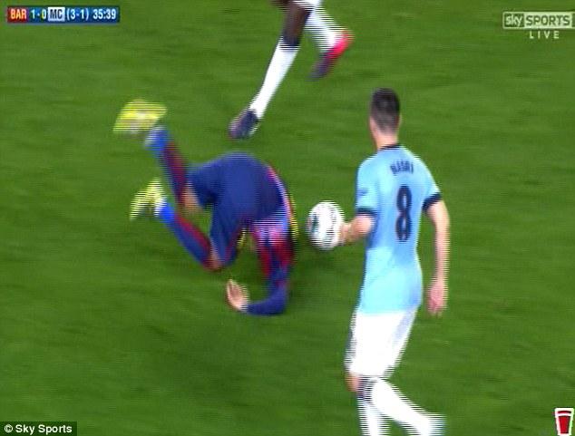 Pha phạm lỗi khiến Neymar ngã lộn.