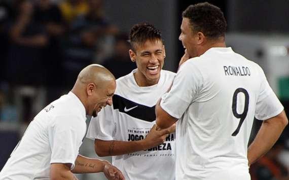 Neymar (giữa) đang tiến bước đến gần ngôi đền của những huyền thoại trong đó có Ronaldo béo và Roberto Carlos.