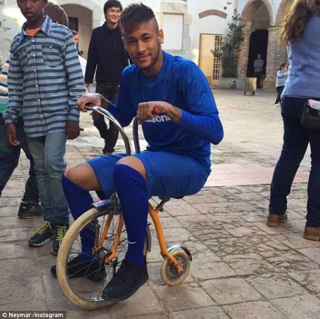 Neymar bày trò với chiếc xe đạp siêu bé