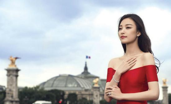 Cô khoe vai trần gợi cảm giữa Thủ đô Paris.