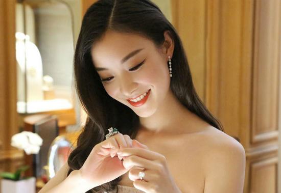 Người đẹp phim Năm tháng vội vã nở nụ cười rạng rỡ và tươi tắn.