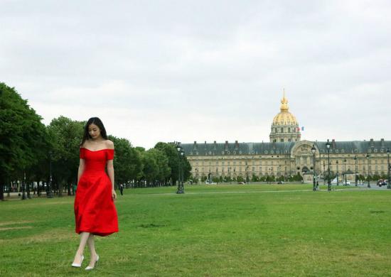 Cô trở nên nổi bật với váy màu đỏ rực.