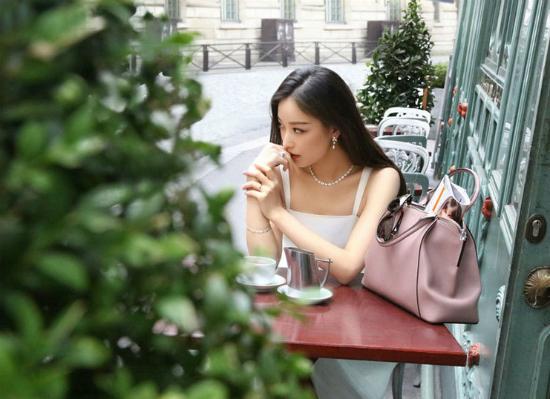 Nữ diễn viên lãng mạn trong một hình ảnh trên đường phố Paris.
