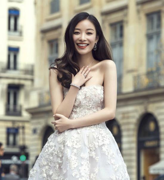Trong một bức ảnh khác, cô diện váy trắng khoe vẻ đẹp mong manh, dịu dàng.