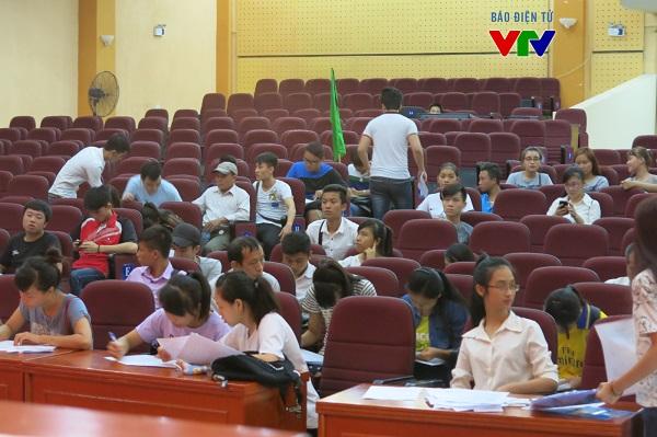Các thí sinh ngồi đợi đến lượt nộp - rút hồ sơ