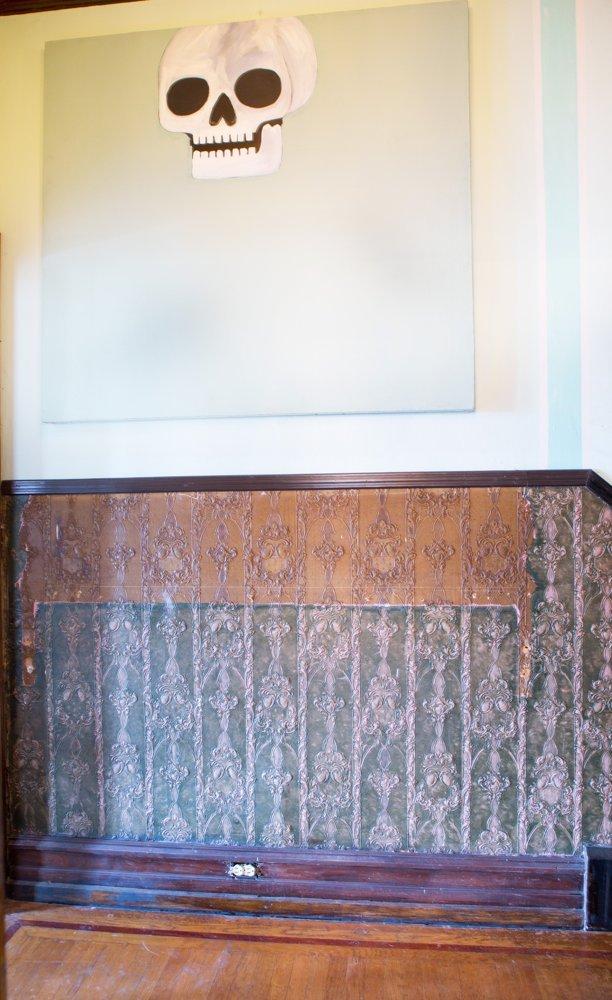 Một góc hành lang trong nhà được tô điểm bởi tranh vẽ dị.
