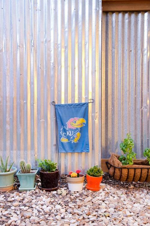 Chủ nhân bày thêm nhiều chậu cây xinh xắn ở sân nhà, tạo không gian dễ chịu.