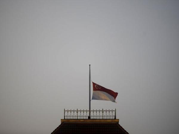 Tang lễ của cựu Thủ tướng Lý Quang Diệu sẽ được thực hiện theo nghi lễ quốc tang. Cả đất nước Singapore đã tiến hành treo cờ rủ để tưởng nhớ ông.