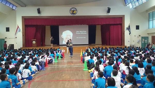 Các học sinh, giáo viên cùng tưởng nhớ ông tại trường học.