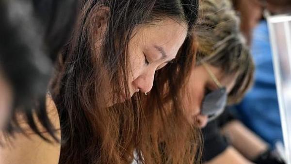 Một người phụ nữ rơi nước mắt tại Dinh thự Tổng thống Singapore (Istana) để tưởng nhớ ông Lý Quang Diệu.