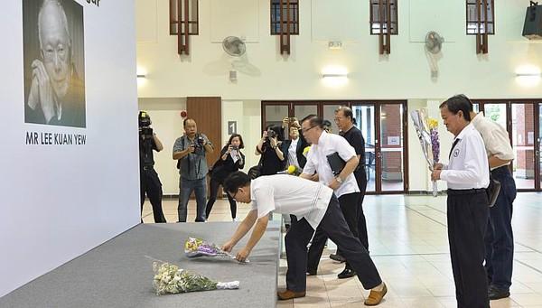 Những bó hoa tưởng niệm ông được đặt tại Khu trưng bày nghệ thuật ở câu lạc bộ cộng đồng Tanjong Pagar.