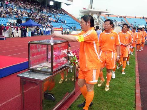 Đồng chí Nguyễn Bá Thanh trước một trận đấu từ thiện.