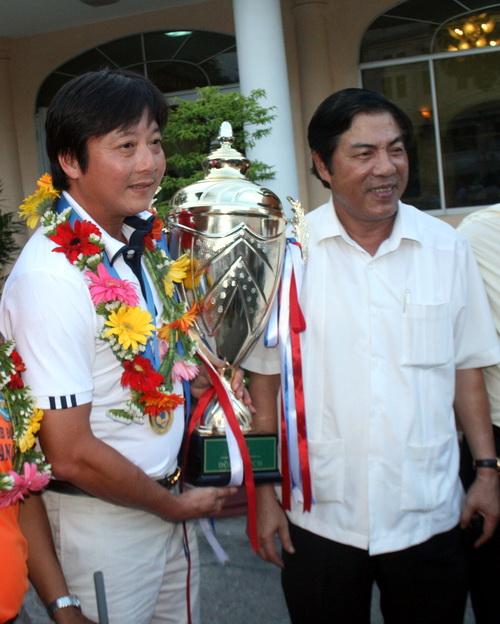 Ông Nguyễn Bá Thanh (phải) chúc mừng thầy trò HLV Lê Huỳnh Đức giành cúp.