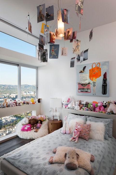 Một căn phòng ngủ dành cho trẻ em không kém phần thu hút với tông màu trắng - hồng, cùng bức tranh vẽ Barbie.