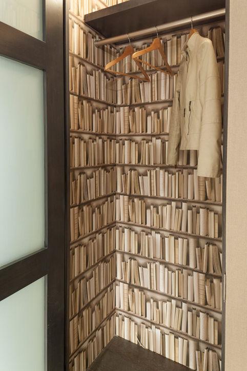 Một góc phòng thay đồ với giấy dán tường nổi bật.