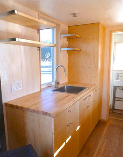 Các vật dụng trong nhà chủ yếu làm bằng gỗ, tạo cảm giác ấm áp.
