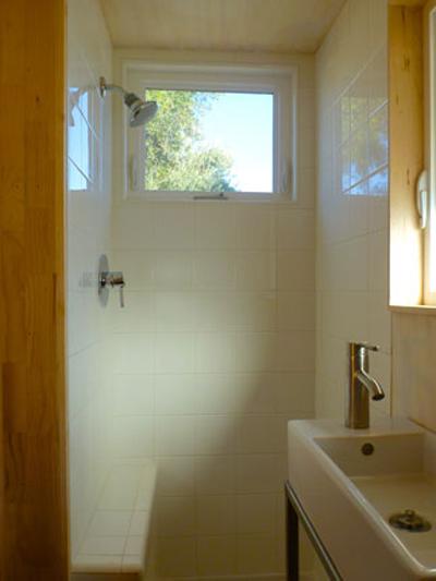Cửa sổ nằm sát trần phòng tắm, giúp phòng có thêm ánh sáng.