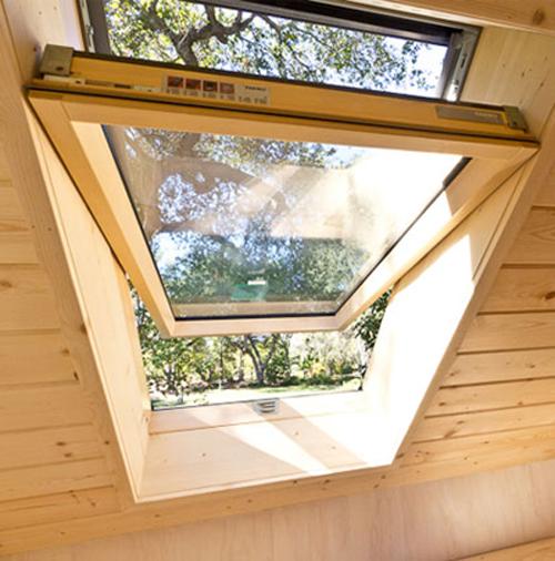 Dù là tầng áp mái nhưng vẫn có cửa sổ được thiết kế cho căn phòng đón nắng, gió.